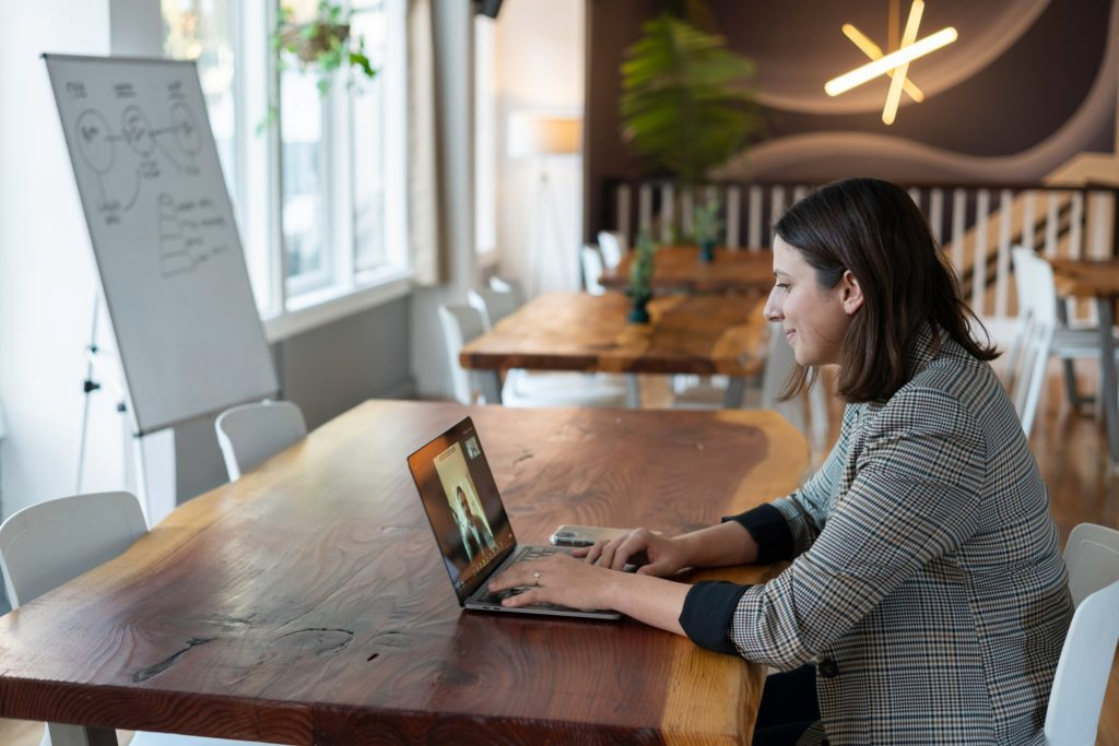 The Pros and Cons of Using a Virtual Assistant